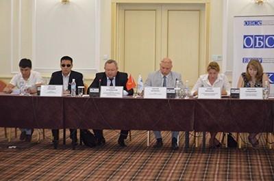 Кыргызская Республика присоединилась к Орхусской Конвенции «О доступе к информации, участии общественности в процессе принятия решений и доступе к правосудию по вопросам, касающимся окружающей среды» в 2001 году (Закон КР от 12.01.2001г. №5), и тем самым взяла на себя обязательства по обеспечению соответствующего национального законодательства и процедур, касающихся доступа к информации, участию общественности и доступа к правосудию по вопросам, касающимся окружающей среды. Цель создания Орхусского Центра - улучшение качества исполнения принципов и обязательств, провозглашенных в Конвенции. Центр создаст условия оперативного доступа к экологической информации, повысит потенциал государственной поддержки в обеспечении более активного участия общественности в принятии решений, поможет создать атмосферу доверия при взаимодействии между различными сторонами. При этом, все данные и информация, представляемые Центром, будут иметь официальный статус, что позволит улучшить не только достоверность и качество информации, но и позволит использовать ее при реализации прав на доступ к правосудию. Также, на обсуждение выносится проект Стратегии Развития Деятельности Орхусских Центров, разработанный с целью оказания поддержки Государственному агентству охраны окружающей среды и лесного хозяйства в эффективном краткосрочном и среднесрочном планировании реализации деятельности по продвижению основных принципов Орхусской Конвенции в Кыргызской Республике до 2018 года.